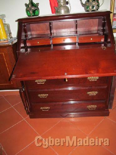 Escrivaninha em madeira maciça, em excelentes condições