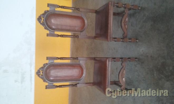 Duas cadeiras madeira