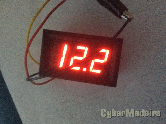 Voltímetro digital de painel com 3 dígitos