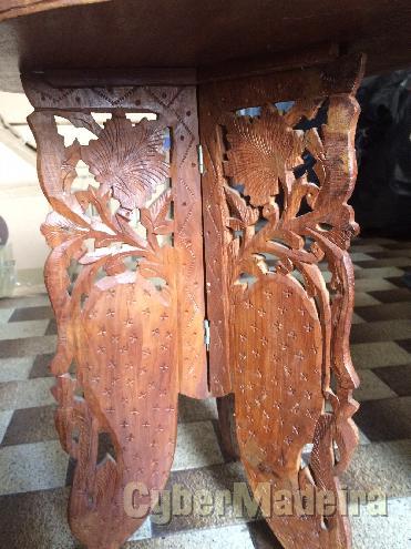 Mesa indiana dobrável em madeira exótica entalhada