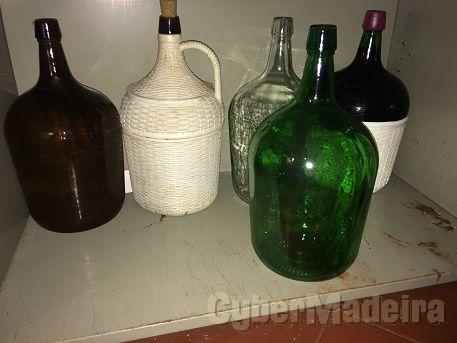 Garrafões de 5 litros alguns revestidos em plástico