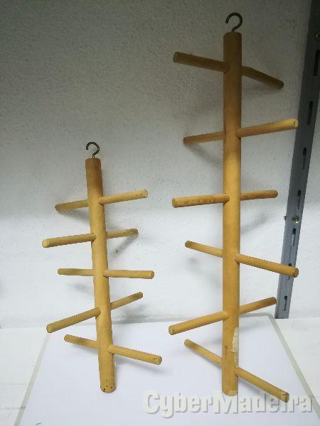 Poleiros de madeira