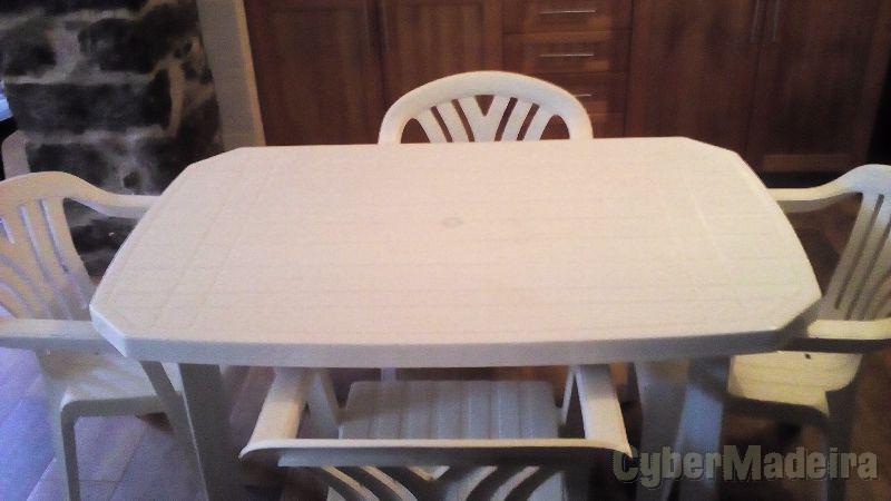 Mesa E cinco cadeiras