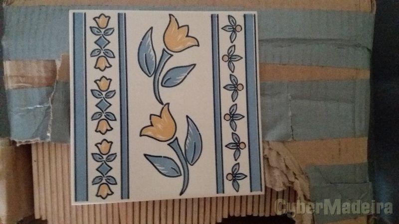 Caixa com 50 azulejos Portugueses Pintados á mão (5cm-5cm)
