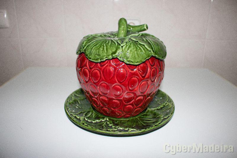 Recipiente decorativo em forma de morango