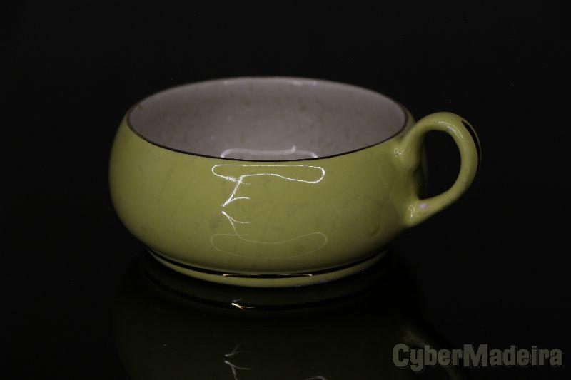 Chávena antiga com fio de ouro