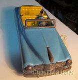 Carrinho miniatura muito antigo com motorista em chapa