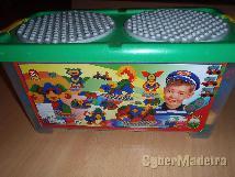 Caixa com peças de montar para criança
