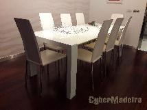 Cadeiras em pele branca