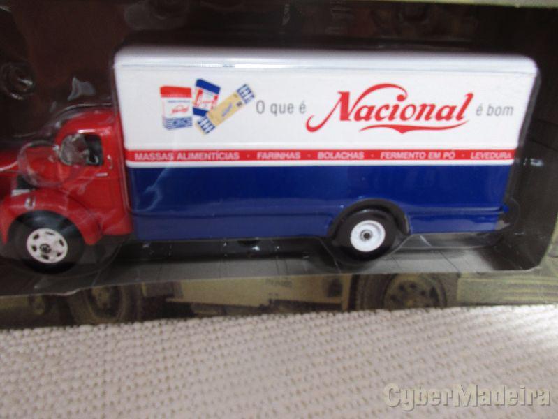 Miniatura de coleção na escala 1:43 camioes de outros tempos