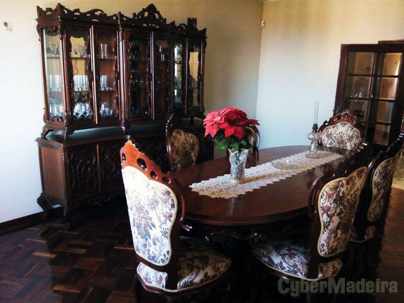 cristaleira de madeira maciça, mesa e cadeiras