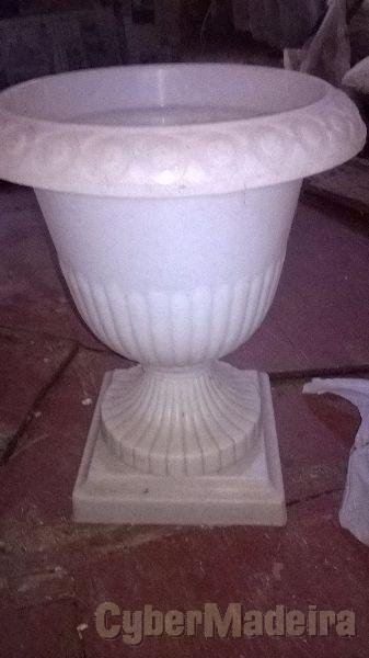 2 vasos para flores novos  nunca usados. ofereço vaso de cimento com base com pezinhos.