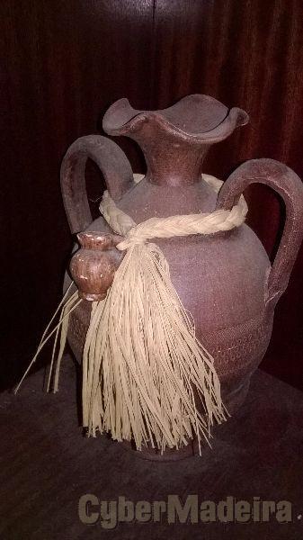 Jarro de barro feito por um oleiro do caniço. peça com 50 anos aproximadamente. ofereço mais 2 peças de barro antigas