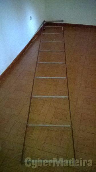 Escada de ferro com 3,30 m. de altura.