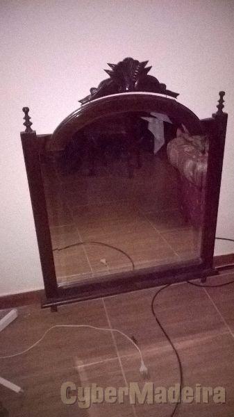 Espelho com estrutura em madeira de mogno  boa qualidade  A um óptimo preço.