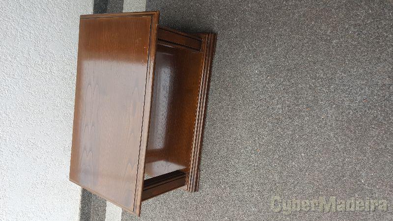 Mesa de sala em madeira castanho